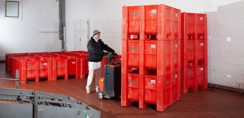 ein Mann liefert Mehrwegtransportverpackung zur Reinigung nach HACCP Standards