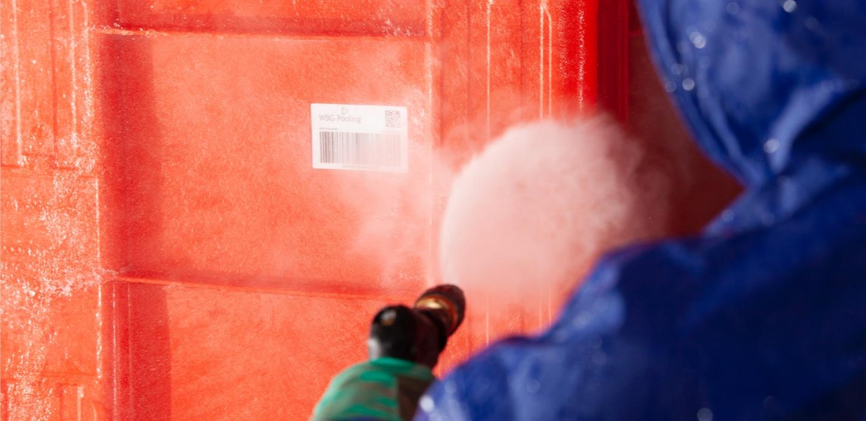 Man desinfiziert und wäscht eine Mehrwegtransportverpackung nach HACCP Vorschriften